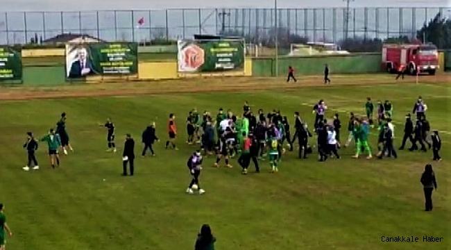 Maç sonrası futbolcular birbirine girdi