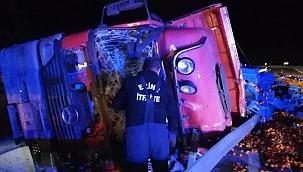 Meyve yüklü kamyon yan yattı, ortalık savaş alanına döndü