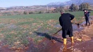 Osmaniye'de çiftçiler kuraklık nedeniyle buğday tarlalarını suladı