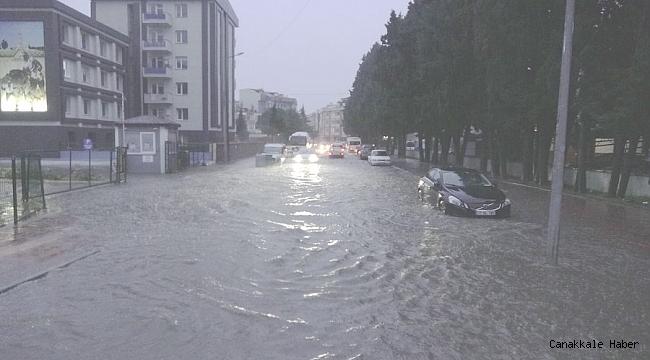 Sokaklar yağmur sularıyla doldu taştı