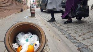 Sorumsuzluğun böylesi, trafik dubasını çöp kovasına çevirdiler