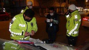 Süresi geçen yurt dışı ehliyetiyle araba kullanırken polislere yakalandı