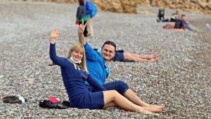 Turistler, yeni yılın ilk gününü denize girerek geçirdi