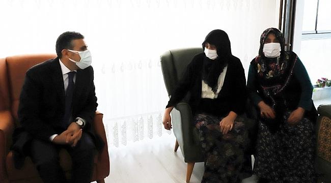 Vali Atay şehit annesini ziyaret etti