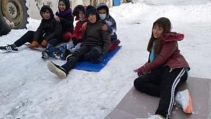 Çocuklar kar sevincini buzda kayarak çıkardılar