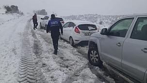 Ezine Belediyesi yolda mahsur kalan sürücülerin yardımına yetişti