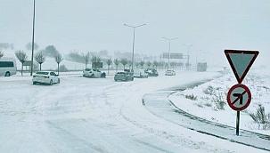 Yoğun kar nedeniyle Biga'da ulaşım engeli