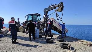 Arama çalışmaları devam ederken batan tekne kıyıya çıkarıldı