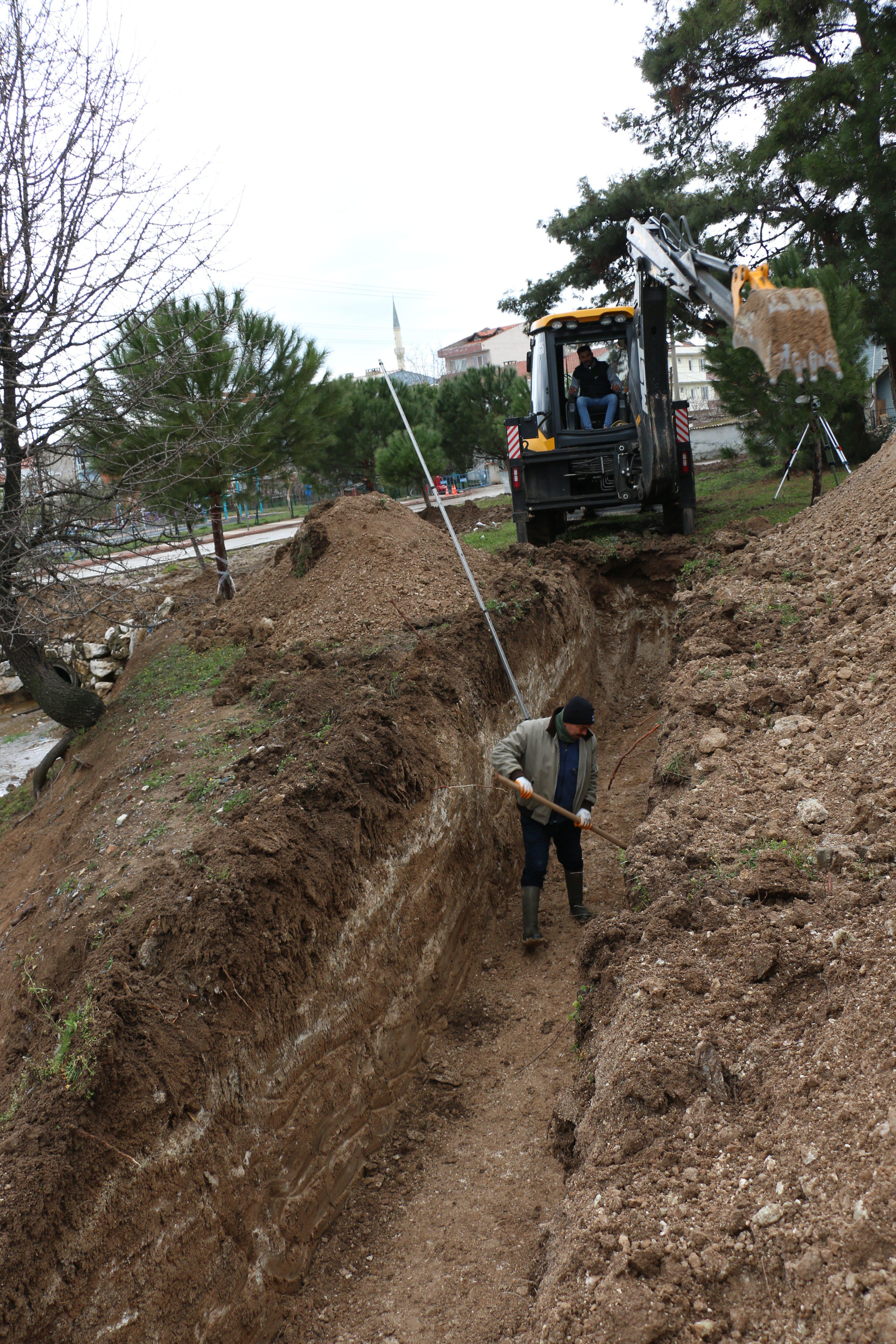 Bayramiç Belediyesi, yağmur suyu hattı döşeme çalışmalarına hız verdi