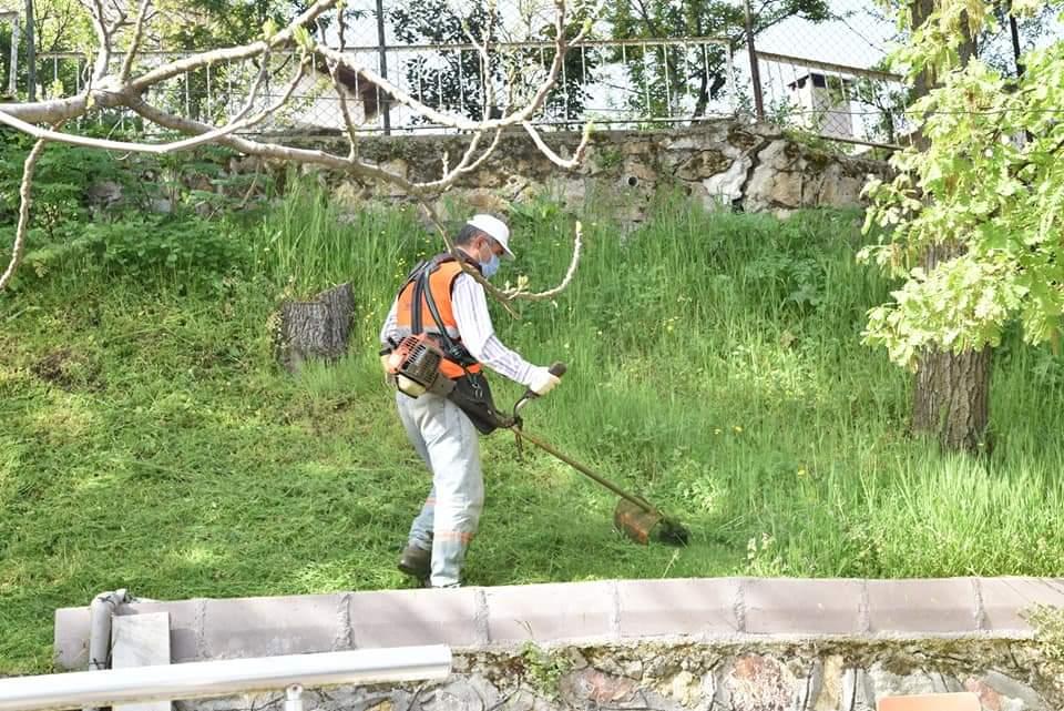 Çan'da çim biçme ve temizleme çalışmaları sürüyor
