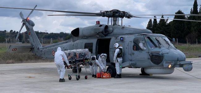 Covid-19 hastası helikopterle karaya taşındı