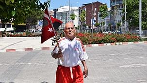 Balkan Şampiyonu Selman dede elinde Türk bayrağıyla koştu