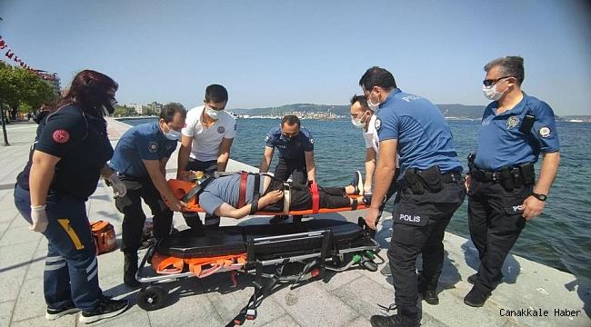 Denize düşen yaşlı adamı polis kurtardı