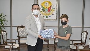 Gençler hediyelerini Başkan Erdoğan'dan aldı
