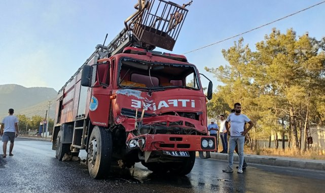 Yangın bölgesinde freni boşalan itfaiye aracı tıra çarptı, iki itfaiye eri yaralandı